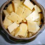 Второй раз добавляем сыр в горшочек с курицей