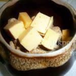 Курица с лавровым листом и сыром в горшочке