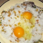 Вбиваем яйца в рис с изюмом