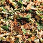 Салат с жареной курицей, украшенный кунжнтом